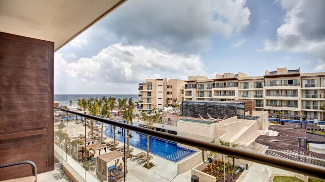 royalton-riviera-cancun-main-buildin-pool