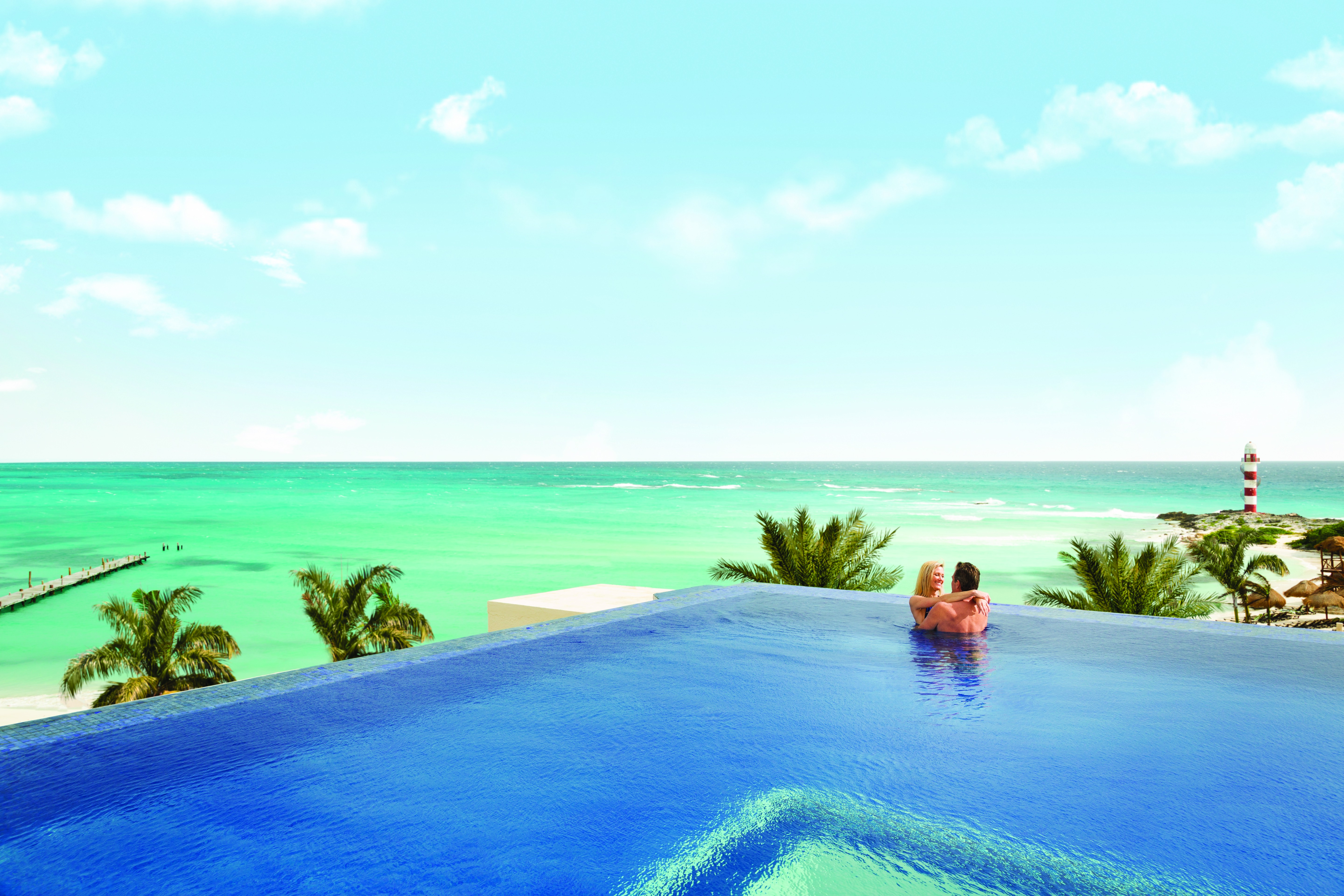 Hyatt-Ziva-Cancun-Turquoize-Rooftop-Infinity-Pool-Ocean-Couple-6