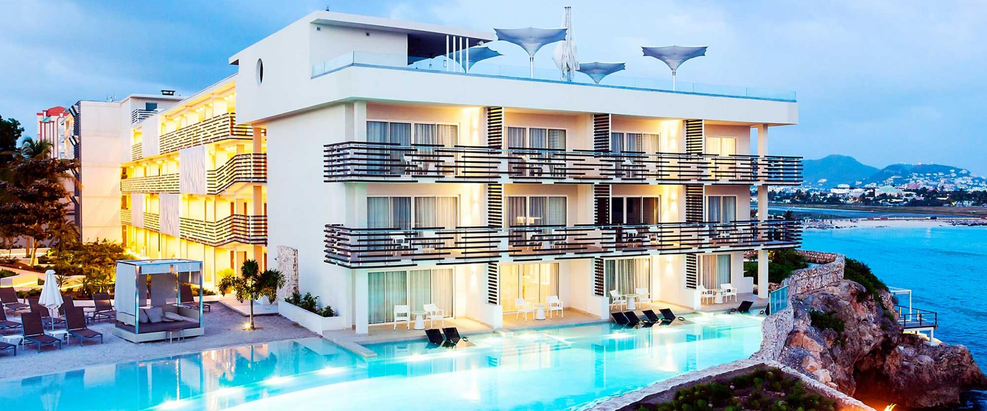 07-Pool-Edge-Pool-and-Sunset-Butler-Suites